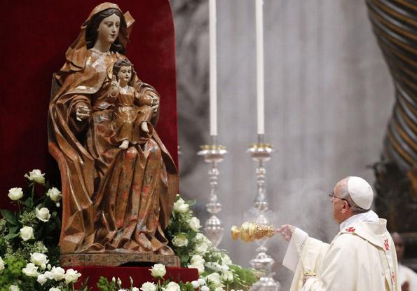 pope-francis-i-swings-incen.jpg