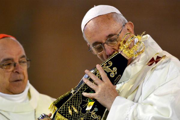 pope-francis-kissing-idol.jpg