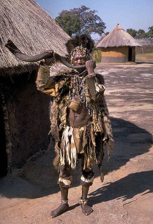500px-Shona_witch_doctor_(Zimbabwe)
