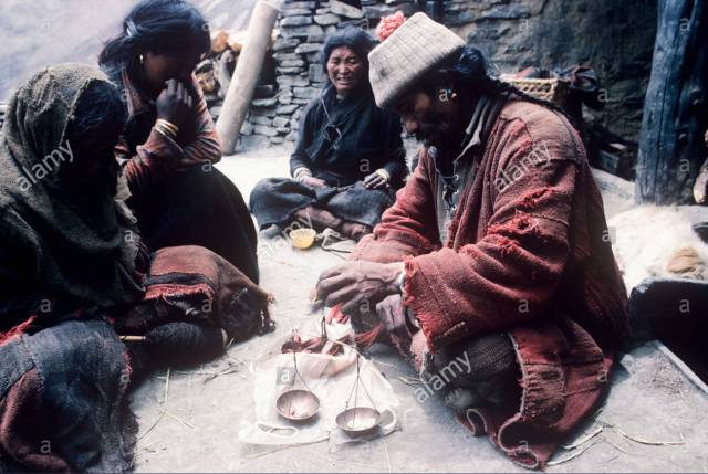 traditional-healer-mixes-medicine-in-bhotia-village-of-nar-in-the-CYK6MR
